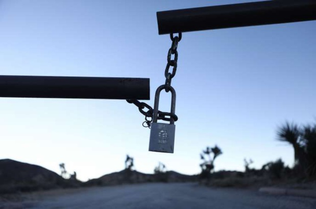L'entrée d'un camping est fermée à clé, au parc national de Joshua Tree, en Californie, le 4 janvier. MARIO TAMA / AFP
