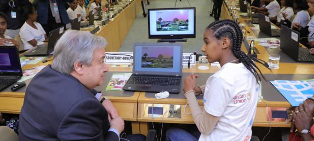 Photo : ONU/Antonio Fiorente Le Secrétaire général de l'ONU, António Guterres discute avec une élève du codage numérique lors d'un atelier sur les sciences, la technologie, l'ingénierie et les mathématiques (STEM) organisé durant le 32e sommet de l'Union africaine à Addis-Abeba