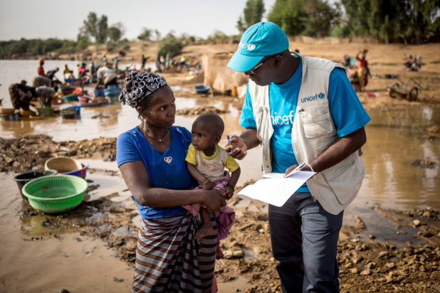 UNICEF/Seyba Keïta Un conseiller de l'UNICEF sur le terrain à Kayes, au Mali, explique à une mère à quel point il est important de vacciner son enfant. (Mars 2019