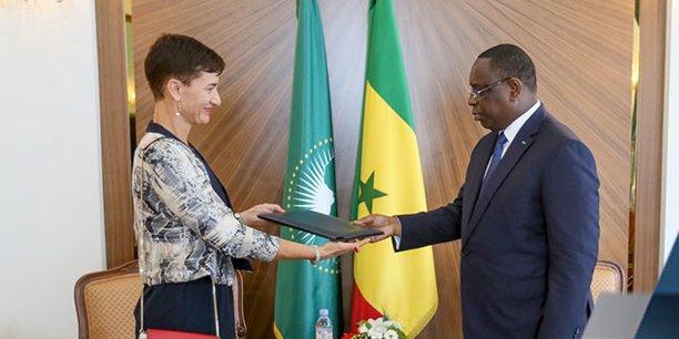 La Franco-allemande Irène Mingasson présentant sa lettre de créance au président Macky Sall, lors de sa prise de fonction effective en qualité de cheffe de la délégation de l'Union européenne au Sénégal. (Crédits : DR)