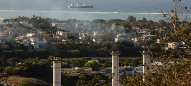 PNUD/Stéphane Bellero Une centrale thermique à Port Louis, à l'île Maurice, contribue aux émissions de gaz à effet de serre sur l'île de l'océan Indien.