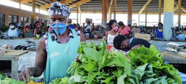© FAO/ C. Marinheiro Les commerçants de ce marché de Luanda, en Angola, ont adopté des mesures pour assurer leur sécurité pendant la pandémie de Covid-19.