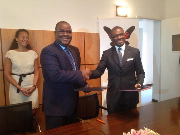 De gauche à droite, Monsieur Edoh Kossi AMENOUNVE, Directeur Général de la BRVM et du DC/BR et Monsieur Papa Madiaw NDIAYE, Directeur Général de AFIG Funds