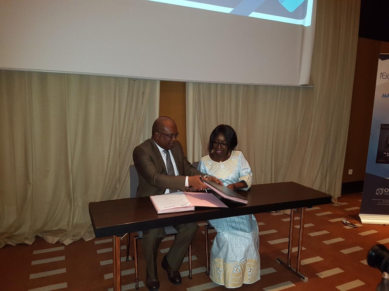 De gauche à droite ,Thierno Seydou Nourou Sy DG de la BNDE et Madame Marie Ba Présidente de l'Onecca