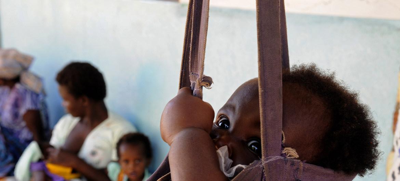 ©FAO/Eddie Gerald Un nourrisson qui a été traité pour malnutrition à l'unité de rééducation nutritionnelle (NRU) du centre de santé de Kankao, dans le district de Balaka, au Malawi, est à nouveau pesé
