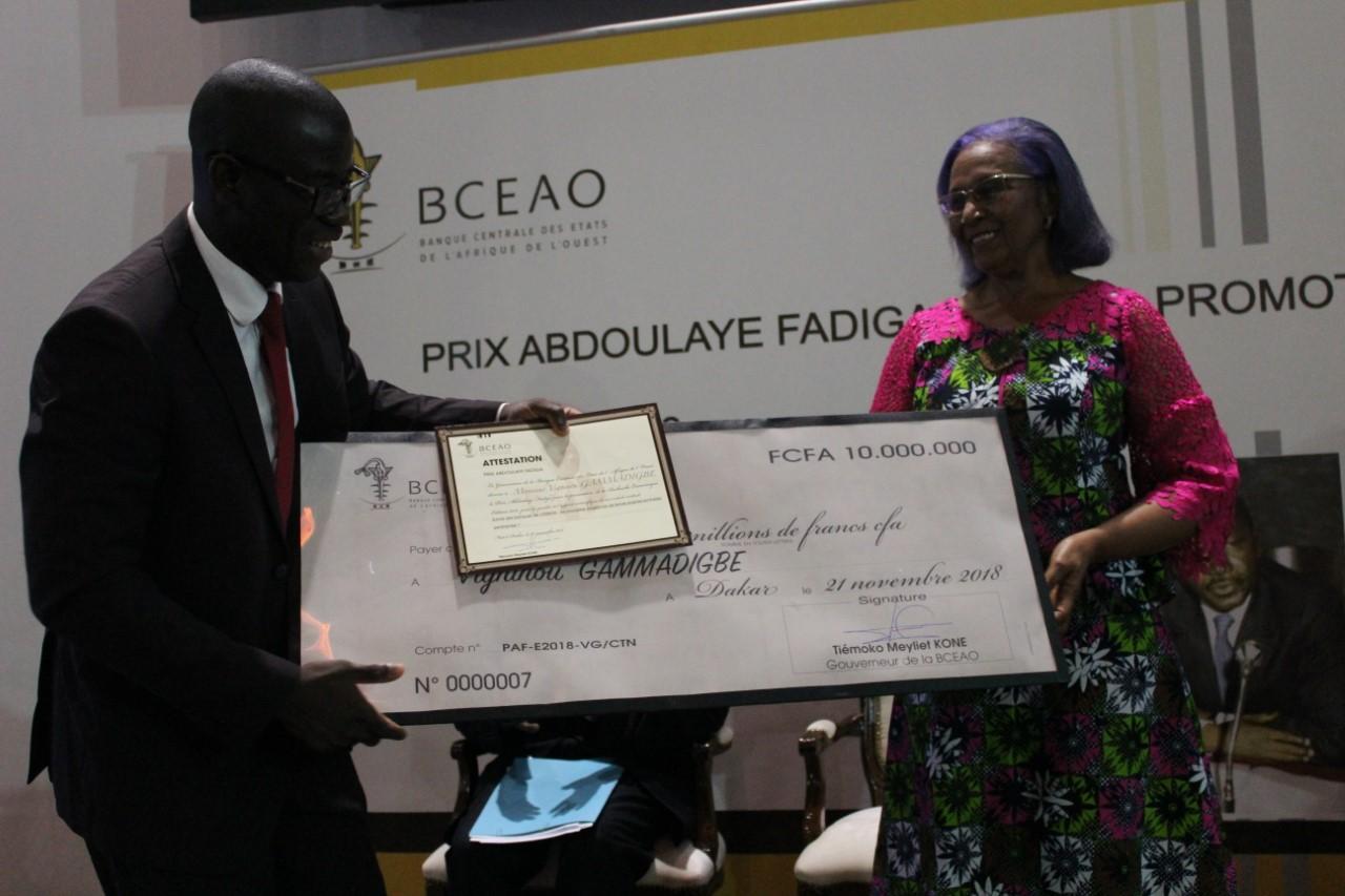 Vigninou Gammadigbe du Togo lauréat recevant le Prix Abdoulaye FADIGA 2018 des mains de Mme Marie Elisabeth Viviane Zunon Kippre Co parrain