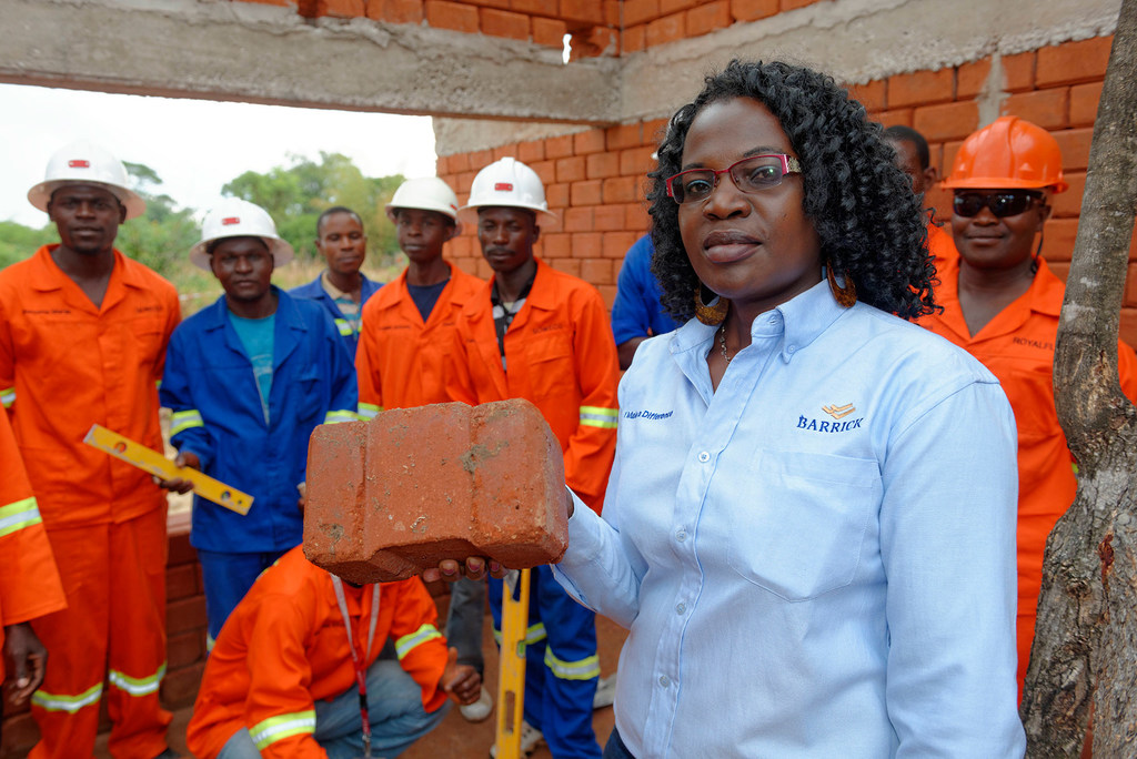 Photo : OIT/Marcel Crozet Winnie Kakunta est responsable du développement des PME au service des relations communautaires de Barrick Lumwana Mining. L'entreprise s'est associée au Zambia Green Jobs Programme dirigé par l'OIT pour construire des logements avec des matériaux locaux