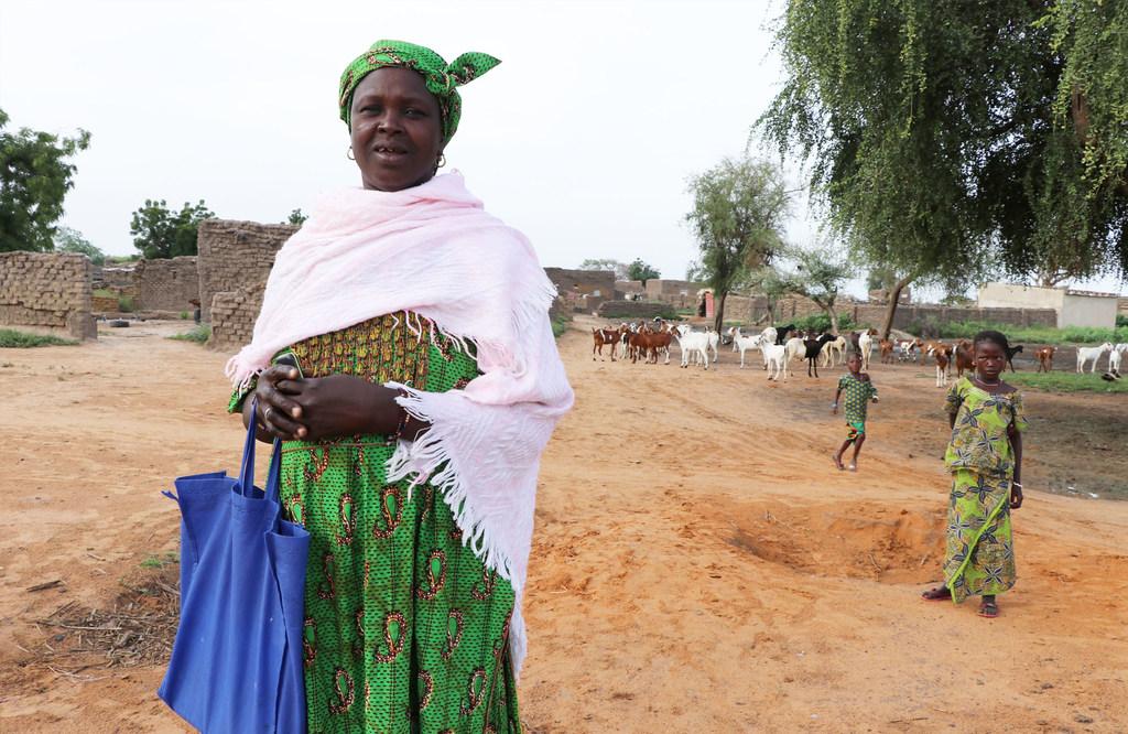 OCHA/Eve Sabbagh Awa, une bénéficiaire d'un programme financé par le CERF au Burkina Faso, aide à former des femmes à la garde d'enfants et à la nutrition