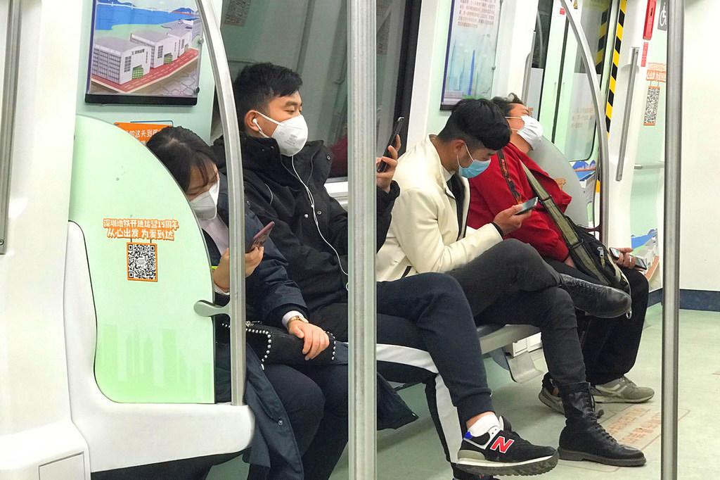 ONU Info/Jing Zhang Des passagers portent des masques alors qu'ils prennent le métro à Shenzhen, en Chine.