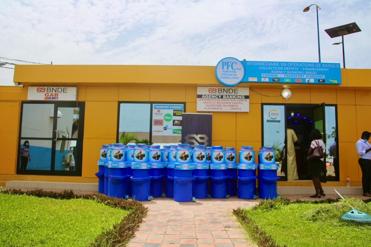 Lutte contre la propagation du coronavirus : La Bnde offre 40 lave-mains au marché central au poisson de Pikine