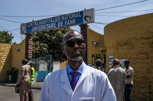 Professeur Moussa Seydi devant l'hôpital de Fann, à Dakar au Sénégal.