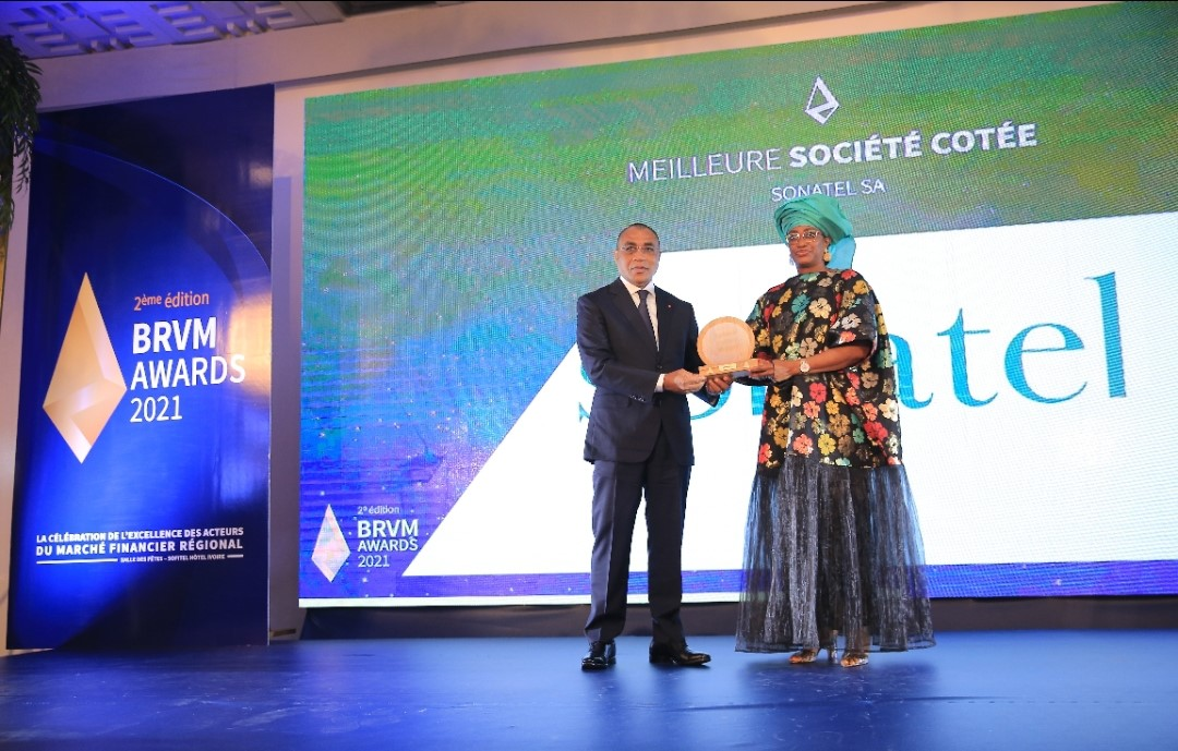 Noumbé Ba Soumaré, directrice de communication corporate de la Sonatel recevant le prix du Groupe