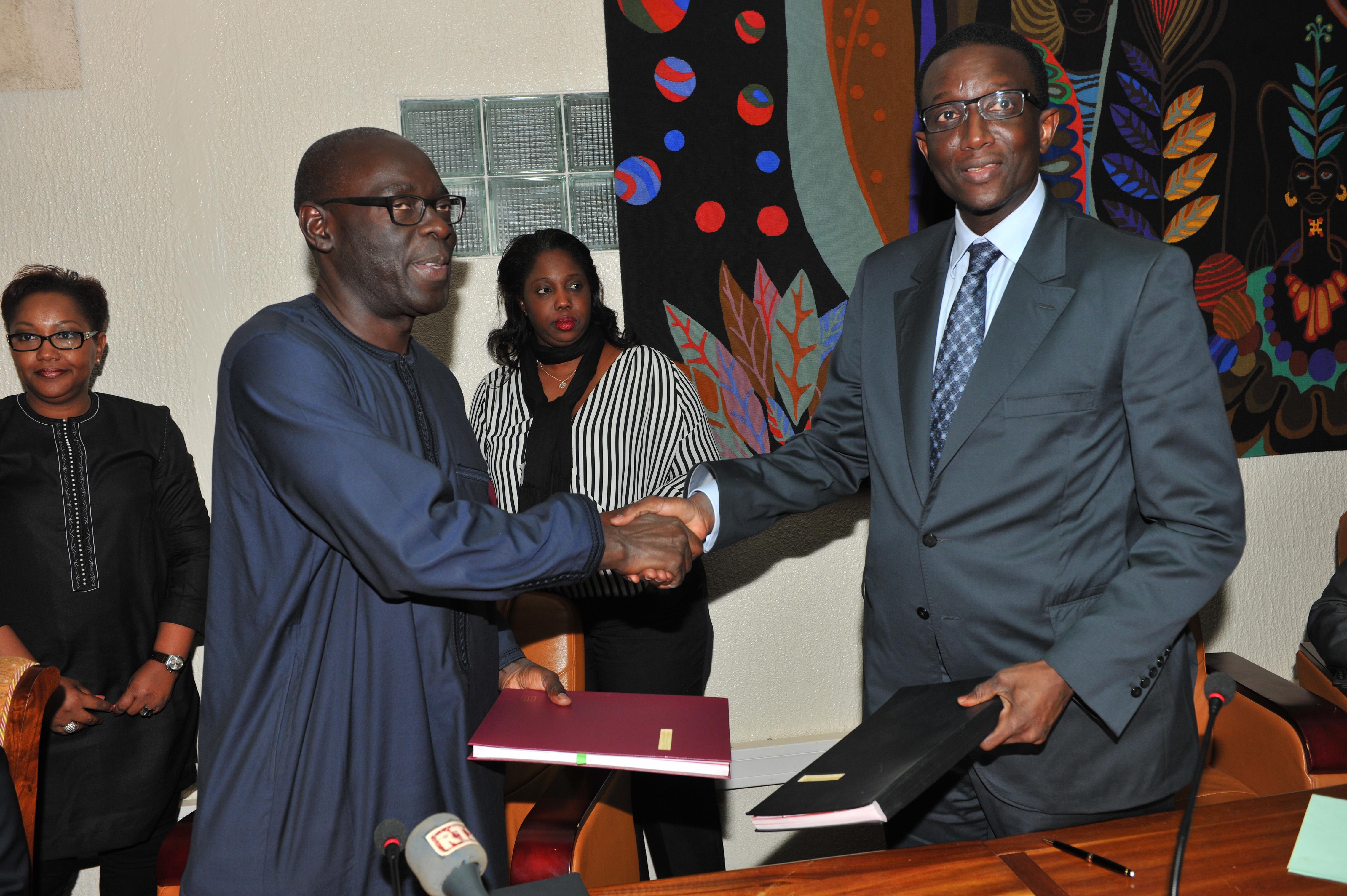 Alioune Ndiaye le Directeur général de la Sonatel à gauche et Amadou Bâ, le Ministre de l'économie et des finances