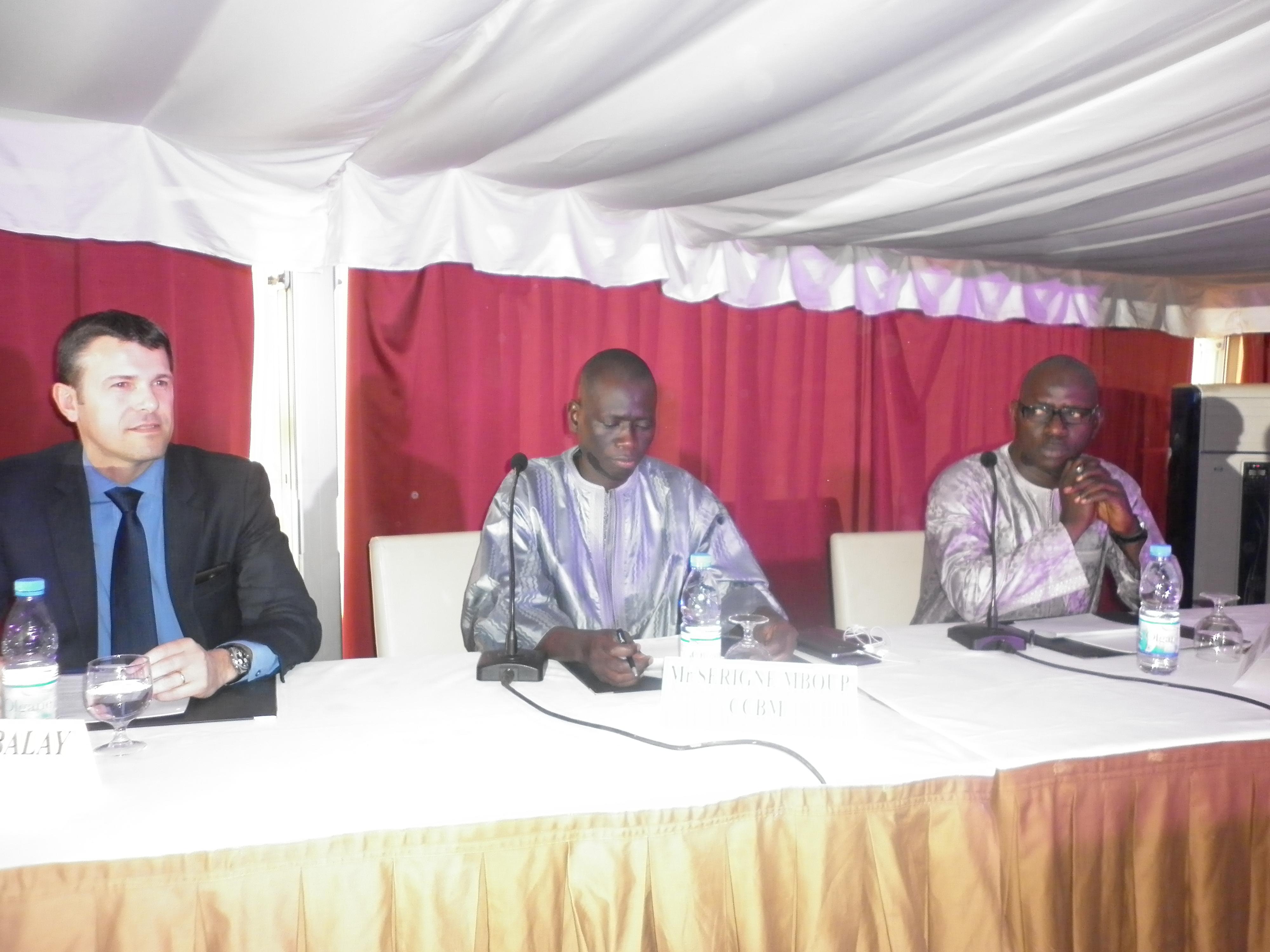 De gauche à droite, Frédéric Ballet de la société Archos, Serigne Mboup, PDG du groupe CCBM et Issa Ndiaye, Directeur de NetCall Africa
